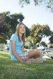 Adolescente pensativo que se sienta en hierba Imágenes de archivo libres de regalías