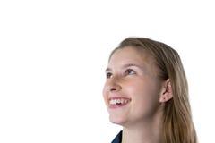 Adolescente pensativo que sonríe contra el fondo blanco Imagenes de archivo