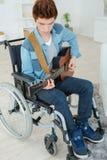 Adolescente perjudicado que toca la guitarra Fotografía de archivo libre de regalías