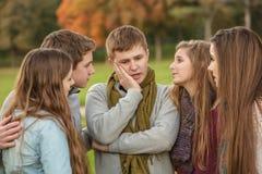 Adolescente perplejo con los amigos Fotografía de archivo