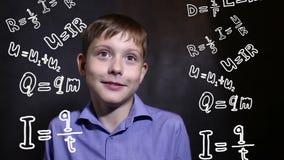 Adolescente piensa el genio del científico de la ciencia de la física de la fórmula del muchacho almacen de metraje de vídeo