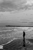 Adolescente por el mar Foto de archivo libre de regalías