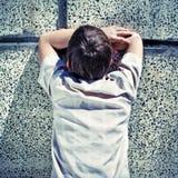 Adolescente por la pared Imagenes de archivo