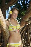Adolescente por un árbol tropical en Hawaii Imágenes de archivo libres de regalías