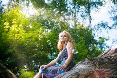 Adolescente près de l'arbre Photographie stock
