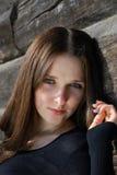 Adolescente près de vieux mur de bois de construction Photos stock