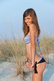 Adolescente precioso con el cuerpo flaco en la arena Fotografía de archivo