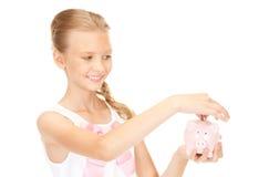 Adolescente precioso con la hucha y el dinero Fotos de archivo