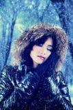 Adolescente precioso con ropa del invierno Fotos de archivo libres de regalías