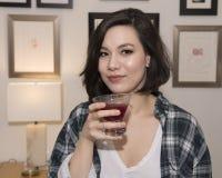 Adolescente precioso de Amerasian con el cóctel Imagenes de archivo