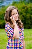 Adolescente precioso en la ropa casual que habla por el teléfono celular Imagenes de archivo
