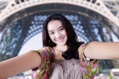 Adolescente precioso en la torre Eiffel Foto de archivo libre de regalías