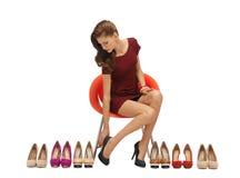 Adolescente precioso en vestido rojo con los zapatos Foto de archivo