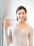 Adolescente precioso que muestra la muestra aceptable Imagen de archivo