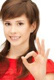 Adolescente precioso que muestra la muestra aceptable Fotografía de archivo