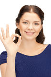 Adolescente precioso que muestra la muestra aceptable Imagen de archivo libre de regalías