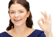 Adolescente precioso que muestra la muestra aceptable Fotos de archivo