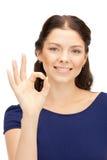 Adolescente precioso que muestra la muestra aceptable Foto de archivo libre de regalías