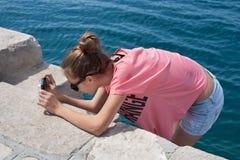 Adolescente prenant des photos Photographie stock libre de droits