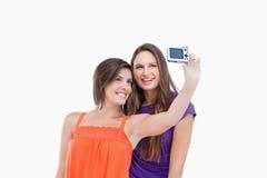 Adolescente prenant une photo de son et son ami Photos libres de droits