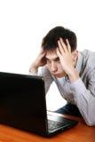 Adolescente preocupado con el ordenador portátil Fotos de archivo