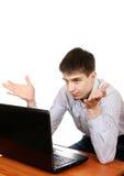 Adolescente preocupado con el ordenador portátil Imagen de archivo libre de regalías