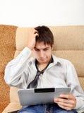 Adolescente preocupado con la tableta Fotos de archivo libres de regalías