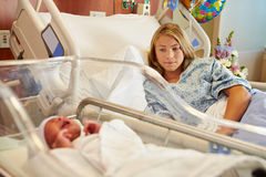 Adolescente preocupante con el bebé recién nacido gritador en hospital Imagen de archivo