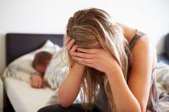 Adolescente preocupante en dormitorio con el novio Fotos de archivo