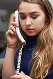Adolescente preocupante que hace llamada en el teléfono Foto de archivo libre de regalías