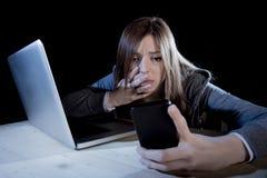 Adolescente preocupante que usa el teléfono móvil y el ordenador como la víctima acechada que tiranizaba cibernética de Internet  Foto de archivo libre de regalías