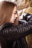 Adolescente preocupante triste que se inclina en una pared Imagen de archivo libre de regalías