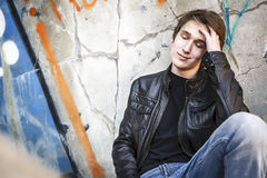 Adolescente presionado dentro de un túnel sucio Imagenes de archivo