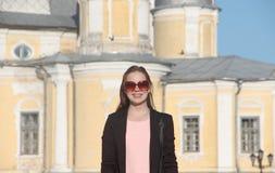 Adolescente principal rojo de moda al aire libre Imagen de archivo