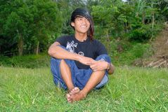 Adolescente punky asiático en césped Imagen de archivo