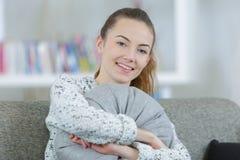 Adolescente que abraza la almohada Imagen de archivo libre de regalías
