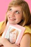 Adolescente que abraza la imagen de su novio Fotos de archivo libres de regalías