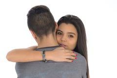 Adolescente que abraza por primera vez al muchacho que ella tiene gusto Imagen de archivo