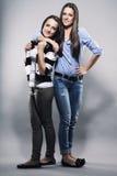 Adolescente que abraza a su hermana Imagenes de archivo