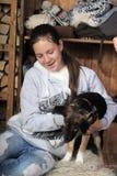 Adolescente que abraza su perro Imagen de archivo