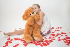 Adolescente que abraza un oso de peluche Fotos de archivo