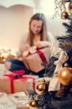 Adolescente que abre el presente Fotografía de archivo libre de regalías