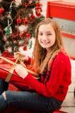 Adolescente que abre el presente Foto de archivo