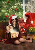 Adolescente que abre su regalo de Navidad Foto de archivo