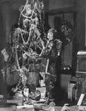 Adolescente que adorna el árbol de navidad (todas las personas representadas no son vivas más largo y ningún estado existe Garant Imagen de archivo