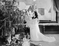 Adolescente que adorna el árbol de navidad (todas las personas representadas no son vivas más largo y ningún estado existe Garant Fotografía de archivo