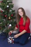 Adolescente que adorna el árbol del Año Nuevo Foto de archivo libre de regalías