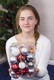 Adolescente que adorna el árbol del Año Nuevo Fotografía de archivo