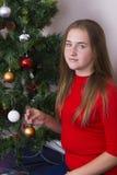 Adolescente que adorna el árbol del Año Nuevo Fotos de archivo
