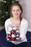 Adolescente que adorna el árbol del Año Nuevo Imágenes de archivo libres de regalías